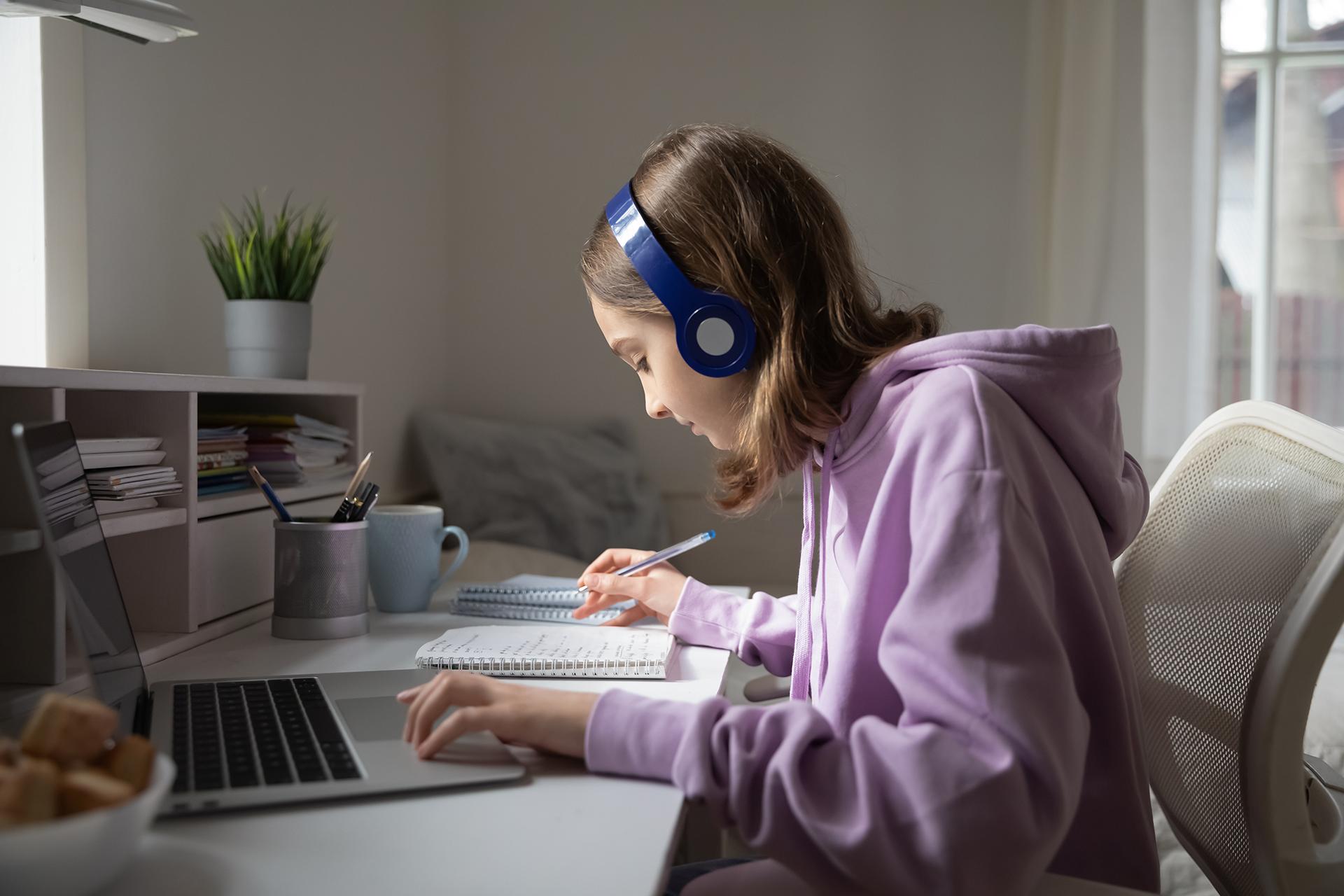 Une personne entrain d'effectuer un cours en ligne sur le web